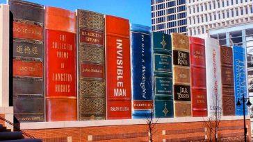Το τεράστιο mural ολοκληρώθηκε το 2004 και δίνει την εντύπωση μιας σειράς τεράστιων βιβλίων σε ένα γιγάντιο ράφι, πίσω απ' το οποίο είναι η βιβλιοθήκη