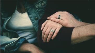 Πρέπει να αφήσω το σύντροφό μου επειδή ανακάλυψα ότι τον βίασαν όταν ήταν παιδί;
