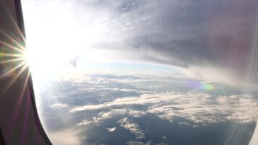 Ήξερες γιατί πρέπει να βάζεις αντηλιακό όταν ταξιδεύεις με αεροπλάνο;