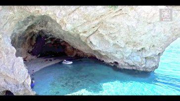 Η παραλία-σπηλιά της Φώκιας που ο ήλιος δεν «βλέπει» ποτέ