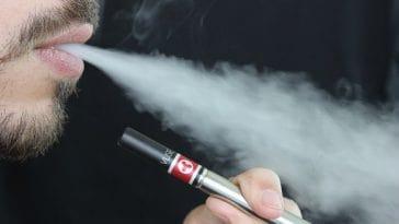 Εντάξει το κάπνισμα, αλλά γιατί απαγορεύεται και το άτμισμα στις πτήσεις;