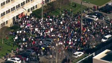 Μαθητές οργάνωσαν διαμαρτυρία για την εκδίωξη δύο δασκάλων τους επειδή είναι ομοφυλόφιλοι