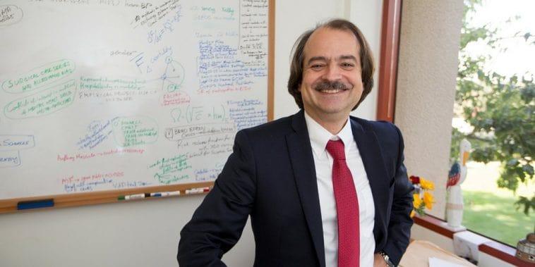 Ο Δρ. Ιωαννίδης έγινε ο ήρωας των συνωμοσιολόγων. Τι έχει όμως να τους πει;
