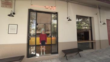 5 χορευτριες και 5 ηθοποιοί μπήκαν σε 5 άδεια καφέ της Αθήνας