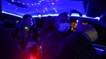Το Reuters ανακάλυψε το Σαλονικιό ταξιτζή που μετέτρεψε το ταξί του σε nightclub